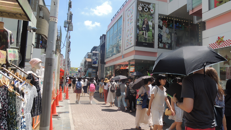 The building that housed Monki was three storeys high and consisted of other shops selling Harajuku style clothing and accessories at discounted prices. I wanted to get a pair of rainbow slip-ons which were only 300 yen but they didn't have it in my size :(