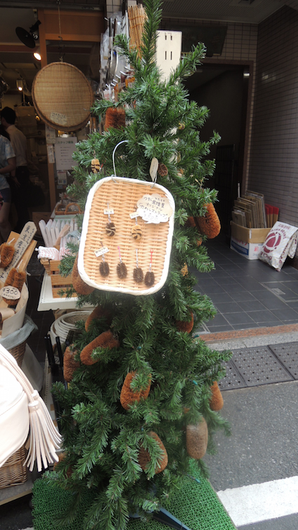 I don't know what this is...there appears to be a scrub brush fandom in Tsukiji market
